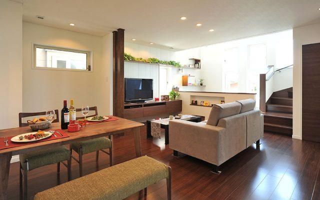 キッチンから1階すべてが見渡せるダイナミックな吹抜けと開放的なスキップフロアのある家