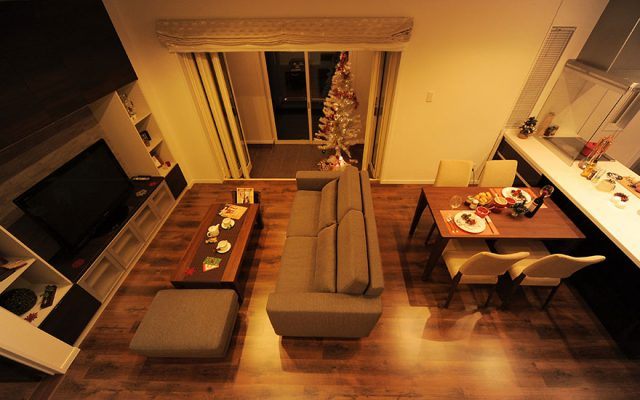 −LDKがテラスと中二階を結ぶ−オープンな空間に家族が集う家