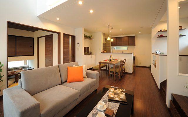 大きな吹抜けが開放的なたっぷり収納とスキップフロアのある趣味を楽しむ家